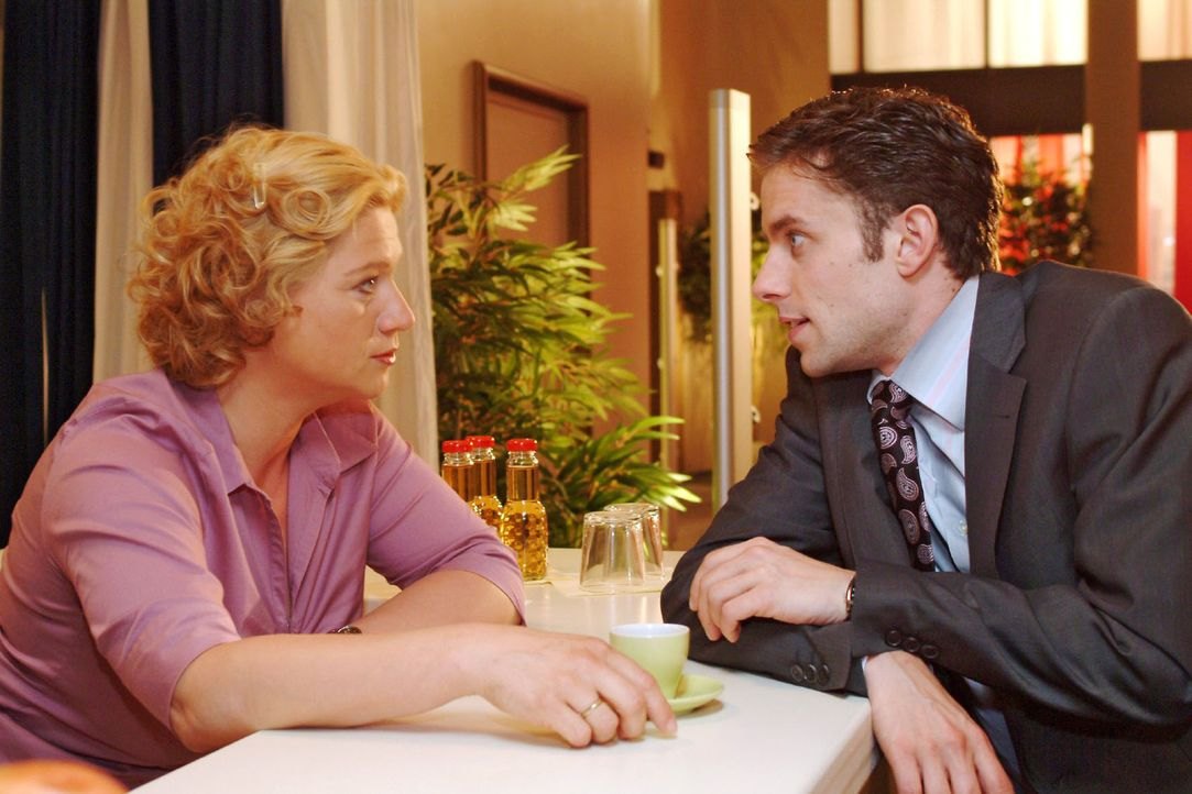 Max (Alexander Sternberg, r.) ist sich über seine Gefühle nicht im klaren und sucht Rat bei Agnes (Susanne Szell, l.) - Bildquelle: Monika Schürle Sat.1