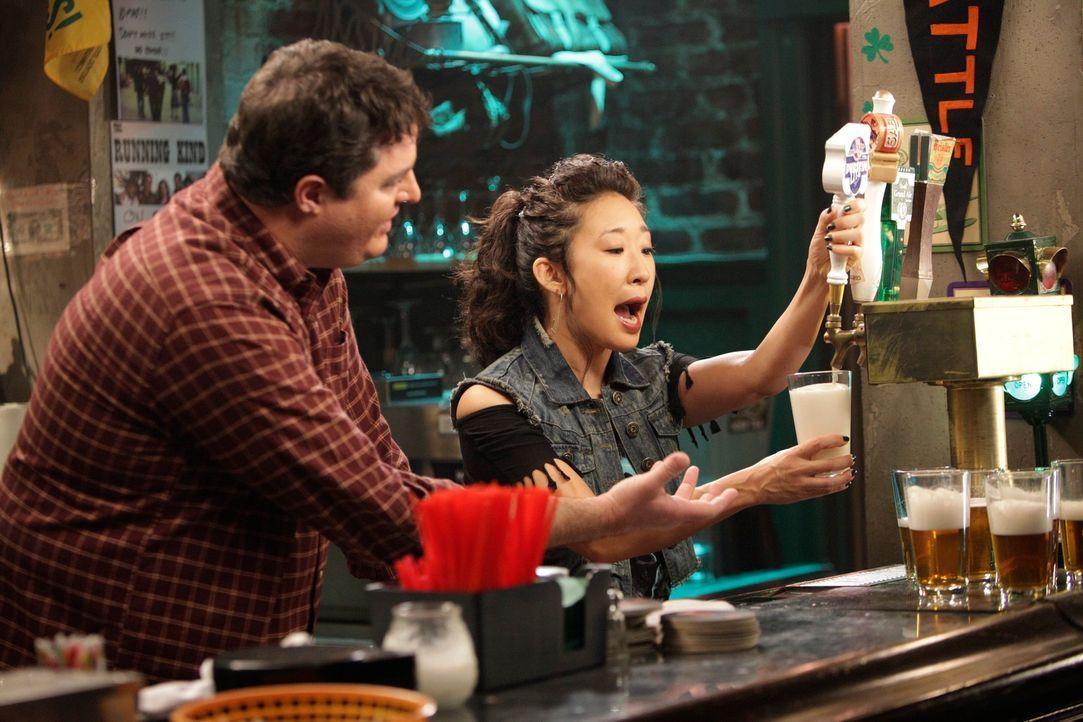 Nachdem Cristina (Sandra Oh, r.) ihren Job im Seattle Grace Hospital hingeschmissen hat, heuert sie in Joe's (Steven W. Bailey, l.) Bar als Mädchen... - Bildquelle: ABC Studios