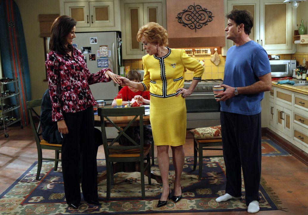 Als Chelsea (Jennifer Bini Taylor, l.) erfährt, dass Charlie (Charlie Sheen, r.) seiner Mutter Evelyn (Holland Taylor, M.) nicht von der Verlobung... - Bildquelle: Warner Bros. Television