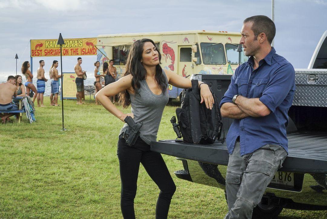 Lt. Catherine Rollins (Michelle Borth, l.) braucht Steve McGarretts (Alex O'Loughlin, r.) Hilfe für ihren Fall, doch es wird gefährlicher als sie de... - Bildquelle: 2018 CBS Broadcasting, Inc. All Rights Reserved