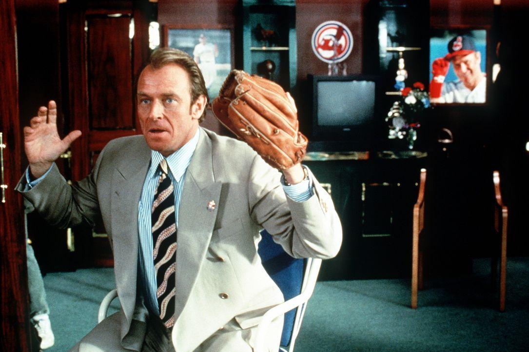 Erst eine Lüge des gerissenen Managers Dorn (Corbin Bernsen) weckt neuen Ehrgeiz bei den Baseball-Versagern. Aber trotz aller Bemühungen ist das T... - Bildquelle: Warner Bros.
