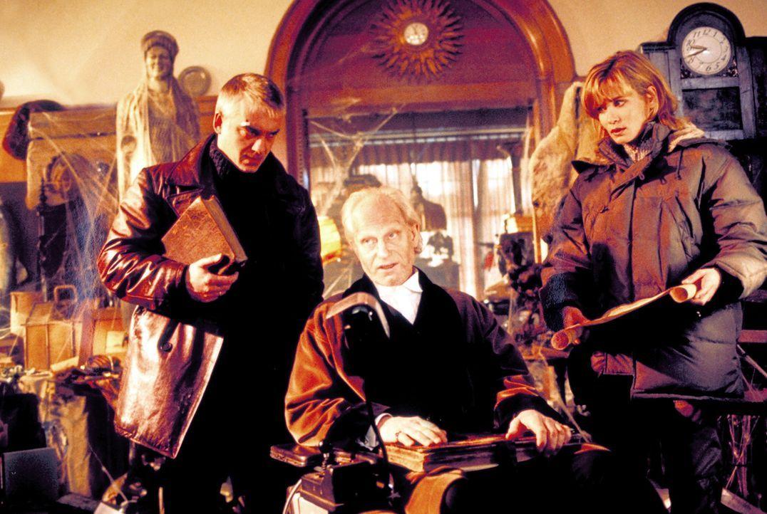 Auf der Suche nach seiner Tochter Johanna stoßen Marc (Christoph M. Ohrt, r.) und Tanja (Anja Kling, l.).auf den dubiosen Herrn von Bütow (Hans Di... - Bildquelle: ProSieben