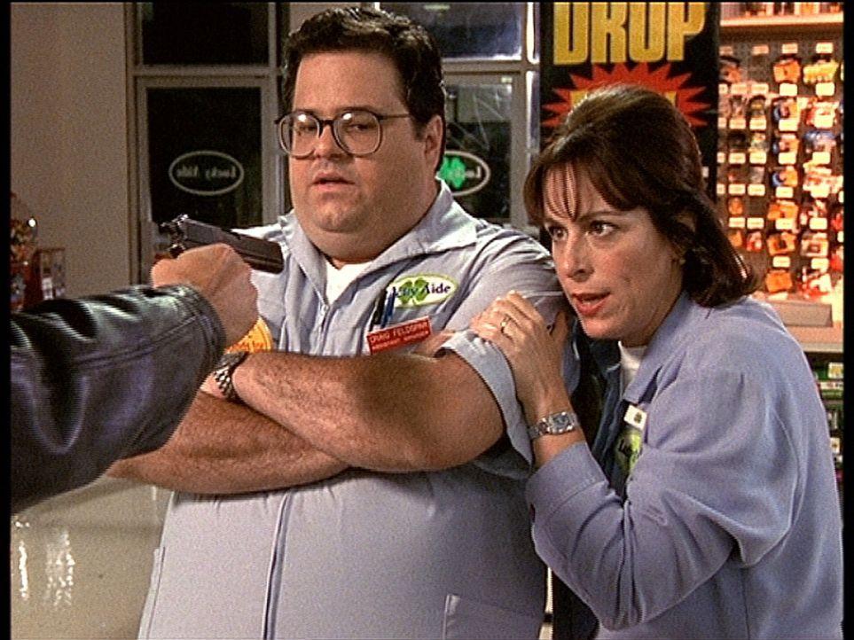 Craig (David Higgins, M.) und Lois (Jane Kaczmarek, r.) werden im Supermarkt überfallen ... - Bildquelle: TM +   2000 Twentieth Century Fox Film Corporation. All Rights Reserved.