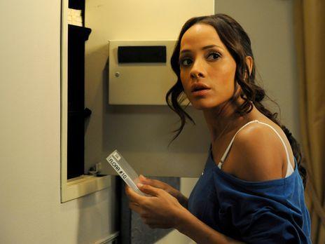Devious Maids - Während Rosie (Dania Ramirez) ihren neuen Job im Haus der Pow...