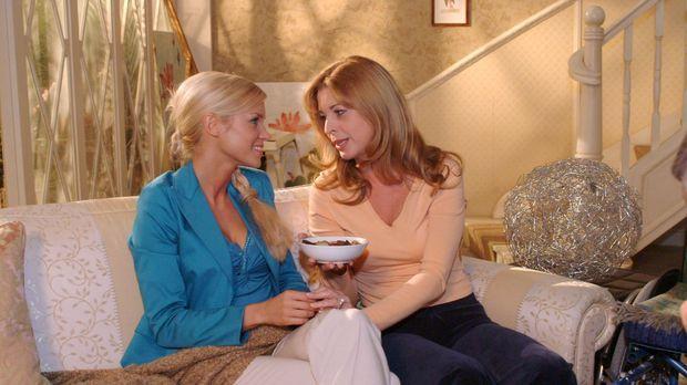 In Laura (Olivia Pascal, r.) findet Sabrina (Nina-Friederike Gnädig, l.) eine...