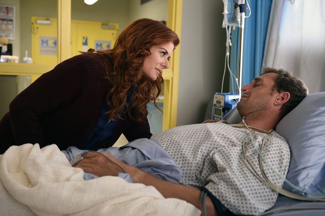 Laura (Debra Messing, l.) macht sich große Sorgen um Jake (Josh Lucas, r.), der mit einer schweren Schussverletzung ins Krankenhaus eingeliefert wur... - Bildquelle: Warner Bros. Entertainment, Inc.