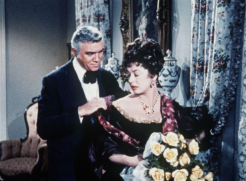 Ben Cartwright (Lorne Greene, l.) macht Adah (Ruth Roman) einen Heiratsantrag. - Bildquelle: Paramount Pictures