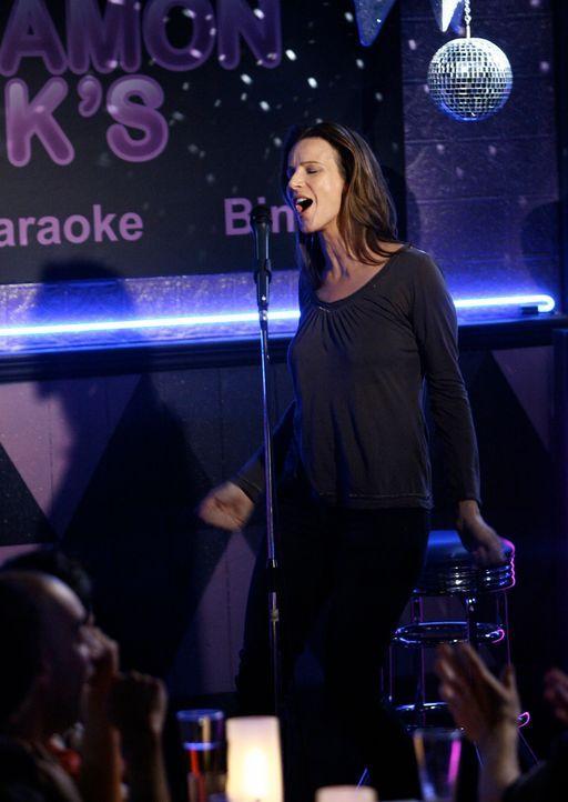 In einer Karaoke-Bar lässt sich Sarah (Rachel Griffiths) dazu überreden, auch auf die Bühne zu gehen ... - Bildquelle: Disney - ABC International Television