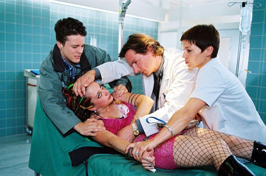 Ferdi Eiche (Tristano Casanova, l.) hat seine Schwester Lea (Heike Warmuth, 2.v.l.) in die Klinik gebracht. Dr. Meier-Liszt (David C. Bunners, 2.v.r... - Bildquelle: Noreen Flynn Sat.1