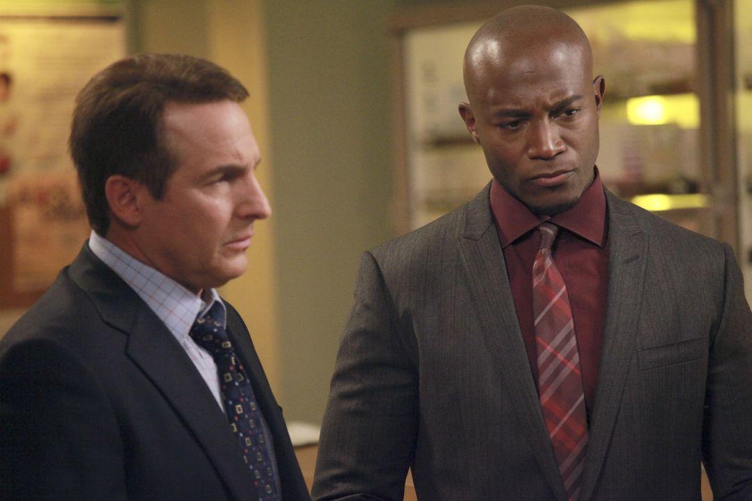 Sheldon (Brian Benben, l.) behandelt einen Freund von Sam (Taye Diggs, r.), der Veteran der Army ist und unter dem Posttraumatischen Stresssyndrom l... - Bildquelle: ABC Studios