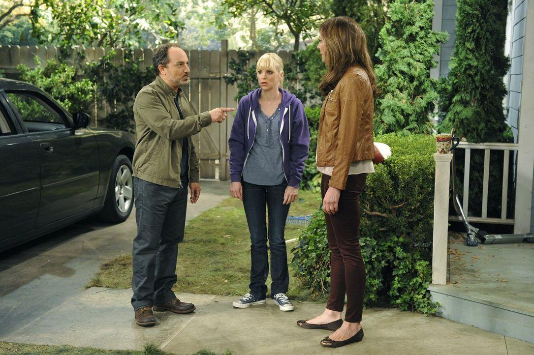 Bonnie (Allison Janney, r.) und Alvin (Kevin Pollak, l.) streiten wie eh und je und Christy (Anna Faris, M.) hat den Eindruck, dass sie immer noch s... - Bildquelle: Warner Brothers Entertainment Inc.