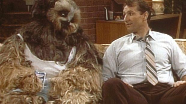 In einem Traum erscheint Al (Ed O'Neill, r.) sein Hund Buck und macht ihm her...