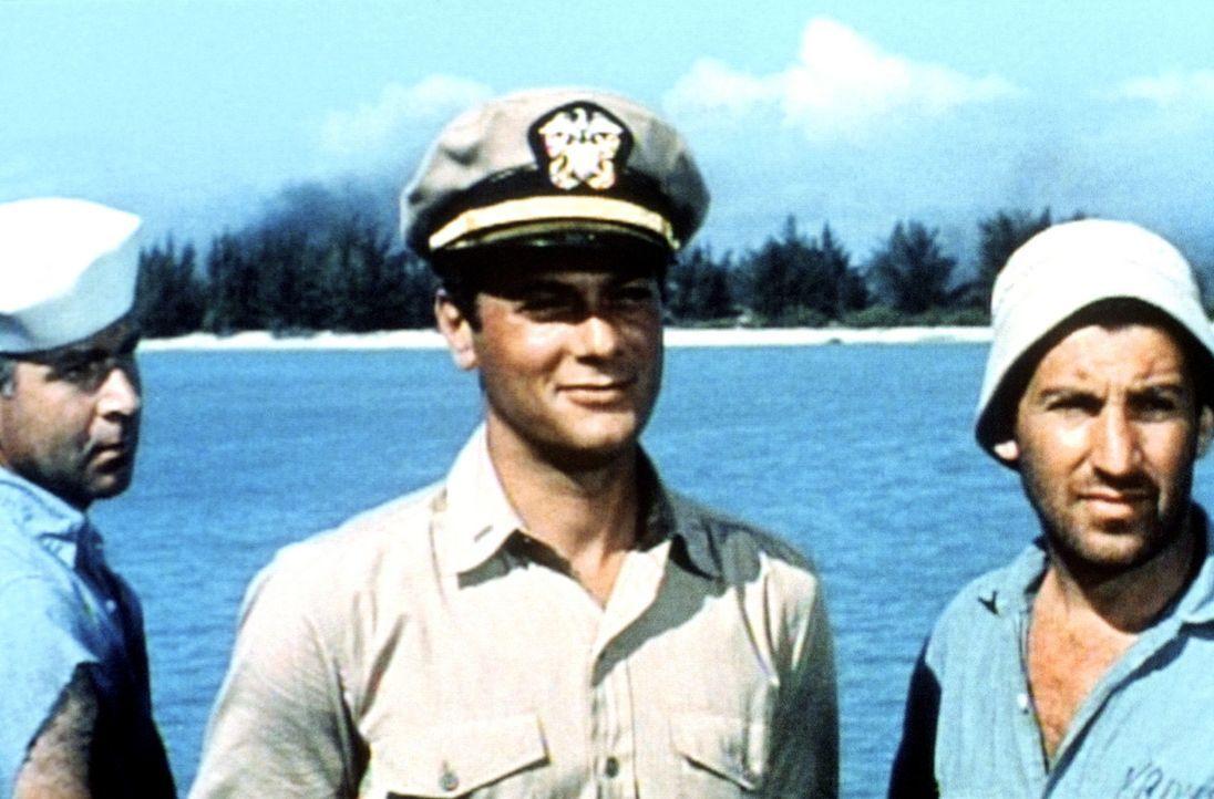 Auch wenn der schlitzohrige Evans (Tony Curtis, M.) den Kapitän zur Verzweiflung bringt - ohne sein Talent, wichtige Ersatzteile zu organisieren, k... - Bildquelle: Universal International Pictures