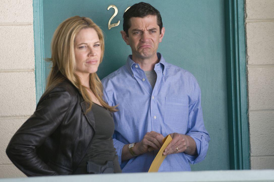 Der Millionär Philip (James Frain, r.) wird verfolgt. Doch damit nicht genug, Mary (Mary McCormack, l.) hat auch noch mit einer hochgefährlichen Ent... - Bildquelle: USA Network