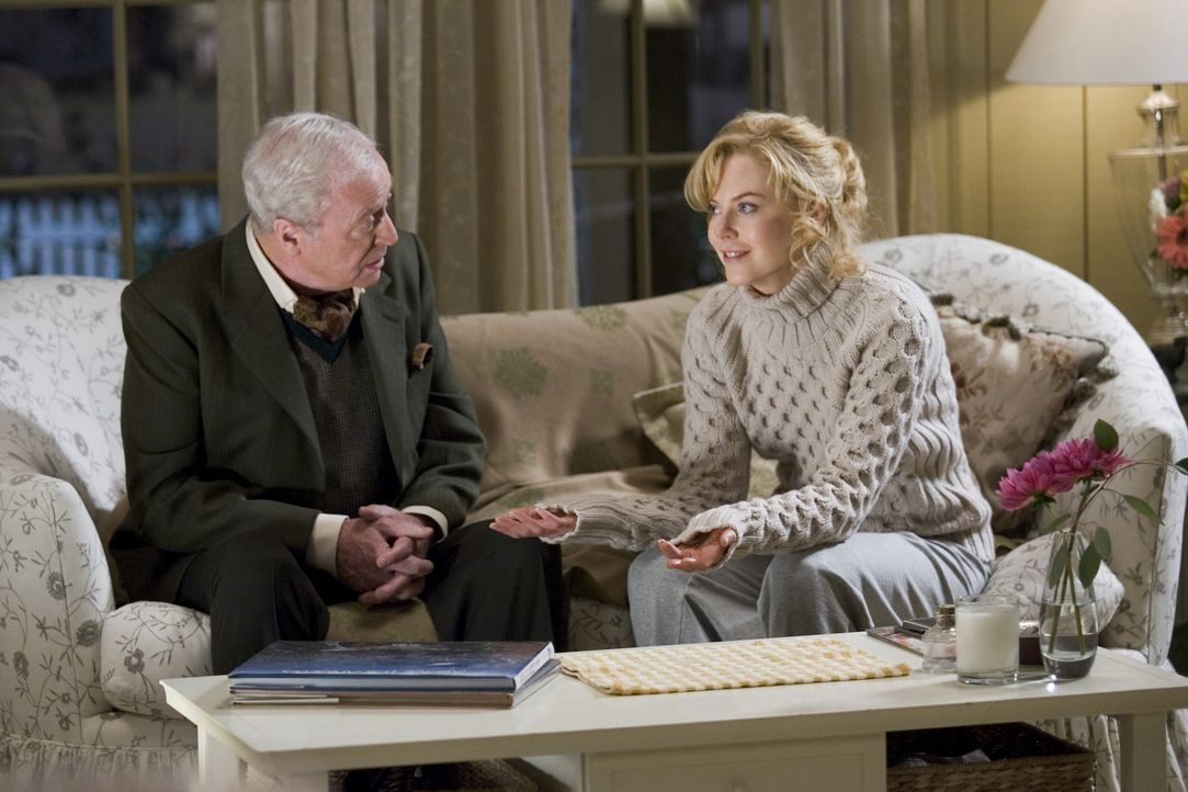 Isabel (Nicole Kidman, r.) will der Hexerei abschwören. Sie sehnt sich, sehr zum Verdruss ihres Hexenmeistervaters Nigel (Michael Caine, l.), nach... - Bildquelle: 2005 Columbia Pictures Industries, Inc. All Rights Reserved.