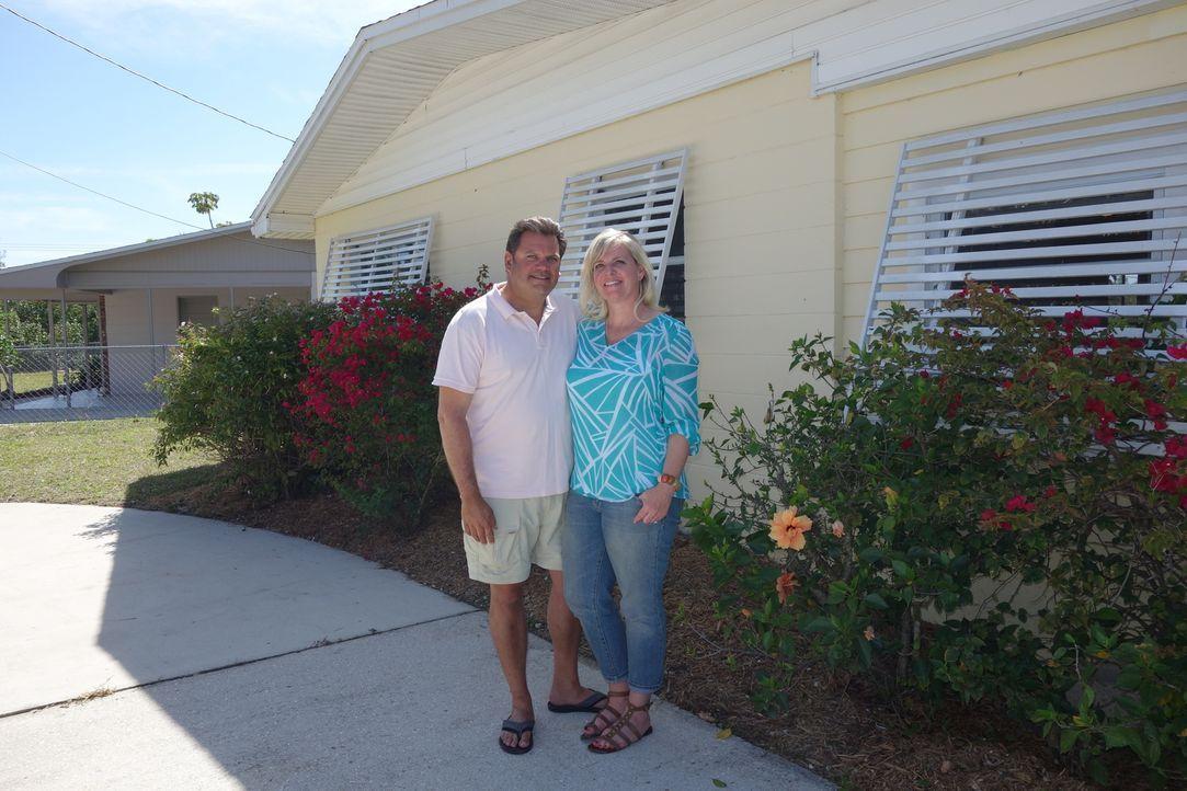 Die Maklerin findet einige schöne Häuser für Tim (l.) und Jen (r.), aber wird sich der Bootsfan damit abfinden können, nicht genau im Zentrum der In... - Bildquelle: 2014, HGTV/Scripps Networks, LLC. All Rights Reserved.