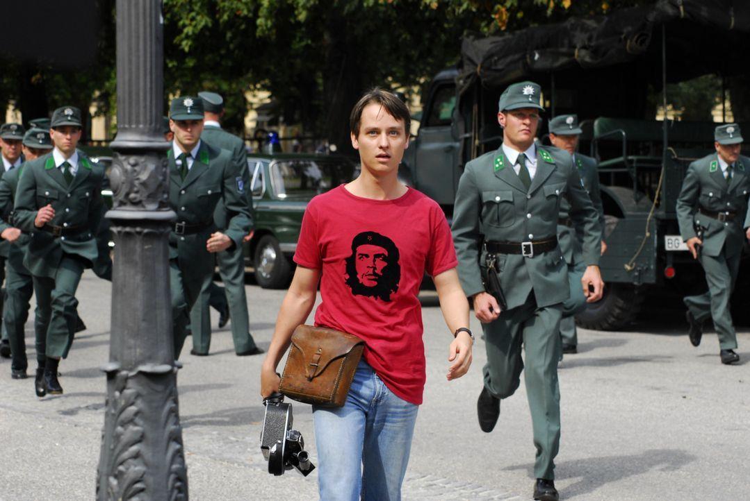 Polizeianwärter und Hobbyfilmer Bennie (Tom Schilling, M.) gerät mitten in eine Demonstration ... - Bildquelle: Constantin Film
