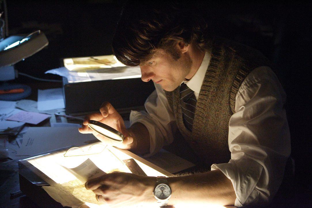 Auf Spurensuche: Ermittler Kim Hughes vergleicht die Handschriften der getöteten Jean Barnes - in der Hoffnung, so auf die Spur ihres Mörders zu kom... - Bildquelle: Ian Watson Cineflix 2008