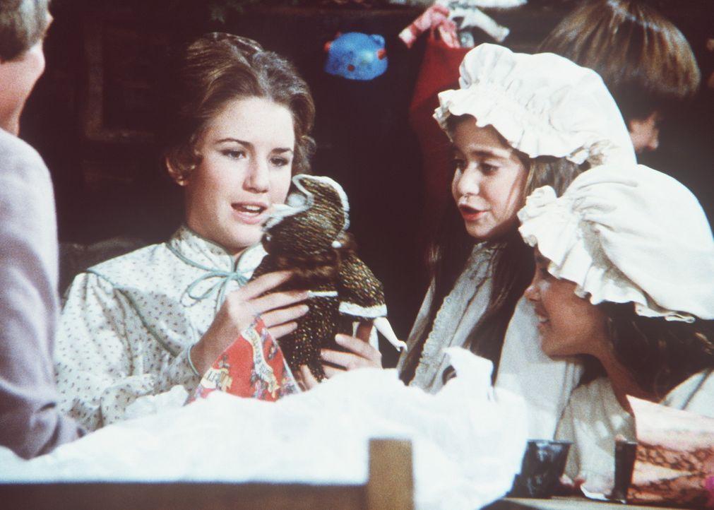Cassandra (Missy Francis, 2.v.r.) zeigt Laura (Melissa Gilbert, l.) stolz ihr Weihnachtsgeschenk. - Bildquelle: Worldvision