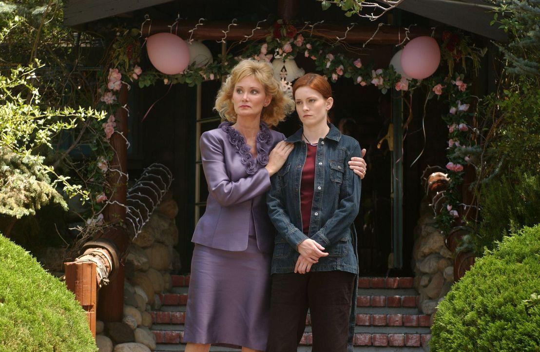 Lorraine Loomis (DeLane Matthews, l.) versucht, Gwen (Jamie Brown, r.) zu beruhigen. - Bildquelle: Warner Bros. Television