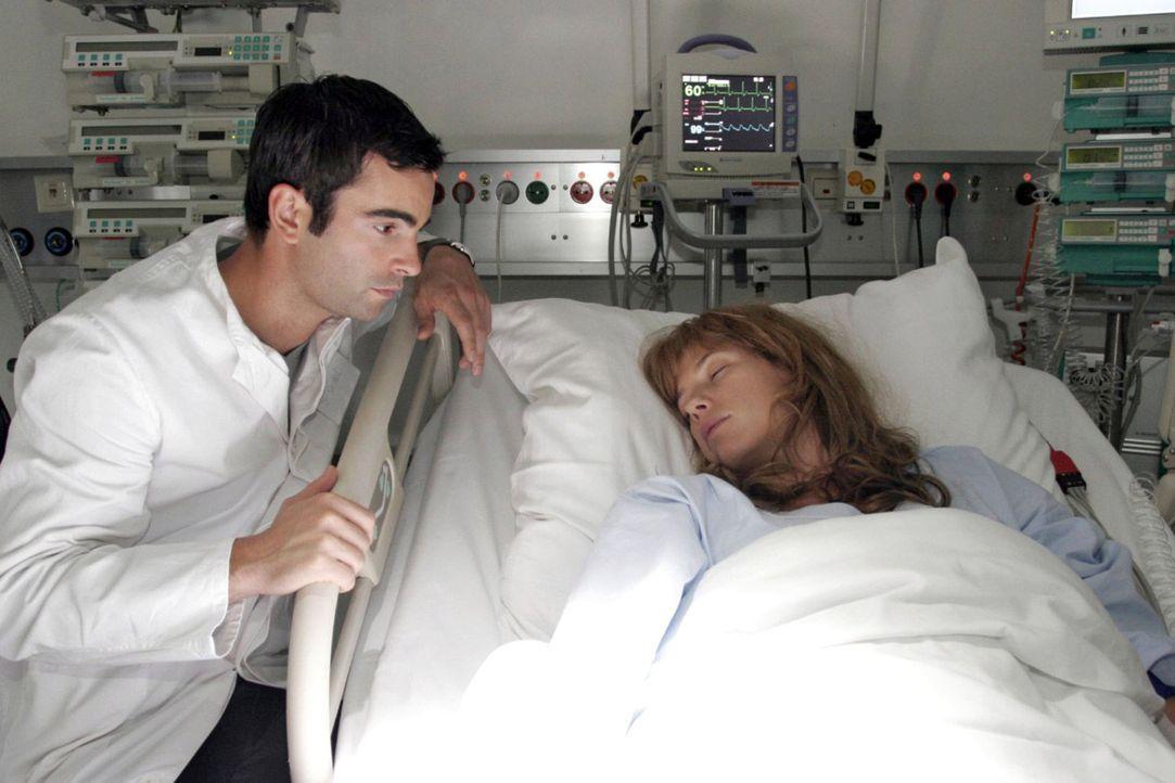 Kann Davids (Mathis Künzler, l.) Besuch an Lisas (Alexandra Neldel, r.) Krankenbett etwas ausrichten? (Dieses Foto von Alexandra Neldel darf nur in... - Bildquelle: Noreen Flynn Sat.1