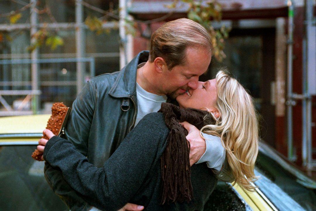 Sophie (Sophie Schütt, r.) ist von ihren Gefühlen hin- und hergerissen. Soll sie Jo (Jochen Horst, l.) glauben, dass er sie leidenschaftlich liebt, oder ist Roman der Mann, der sie glücklich machen wird?