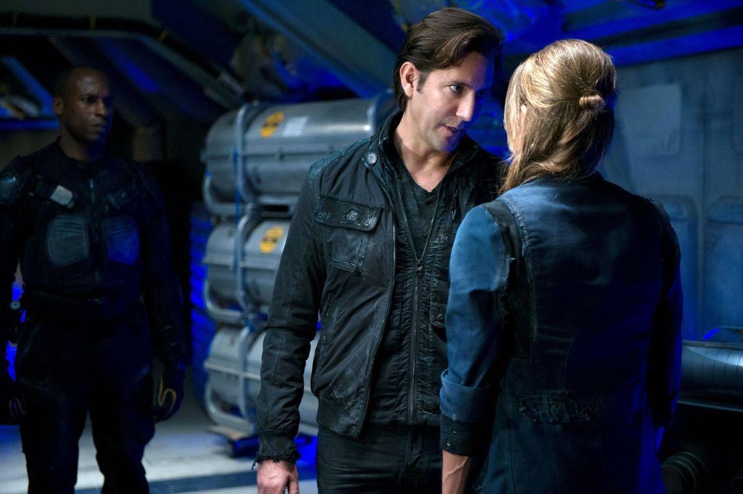 Kann Abigail (Paige Turco, r.) ihre Pläne lange genug vor Kane (Henry Ian Cusick, l.) geheimhalten? - Bildquelle: Warner Brothers