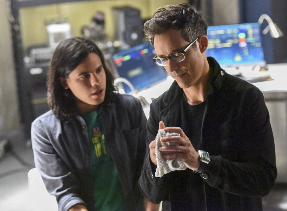Gelingt es Cisco (Carlos Valdes, l.) die Wahrheit über Dr. Wells (Tom Cavanagh, r.) herauszufinden, ohne ihn misstrauisch zu machen? - Bildquelle: 2015 Warner Brothers.