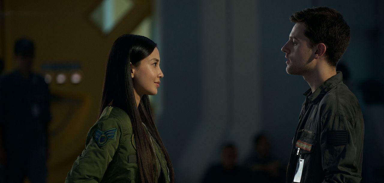 Die wunderschöne und intelligente Pilotin Rain Lao (Angela Yeung Wing, l.) verdreht Charlie Miller (Travis Tope, r.) sofort den Kopf, als sie auf de... - Bildquelle: 2016 Twentieth Century Fox Film Corporation.  All rights reserved.