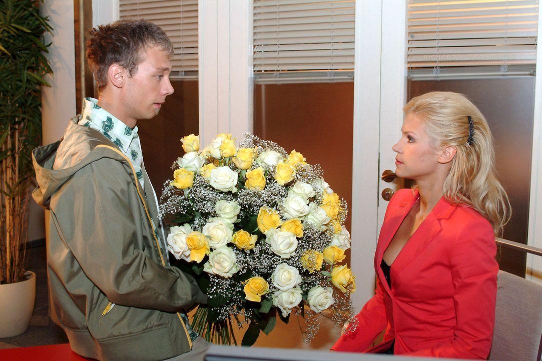 Jürgen (Oliver Bokern, l.) bietet Sabrina (Nina-Friederike Gnädig, r.) an, alles für sie zu tun. - Bildquelle: Monika Schürle Sat.1