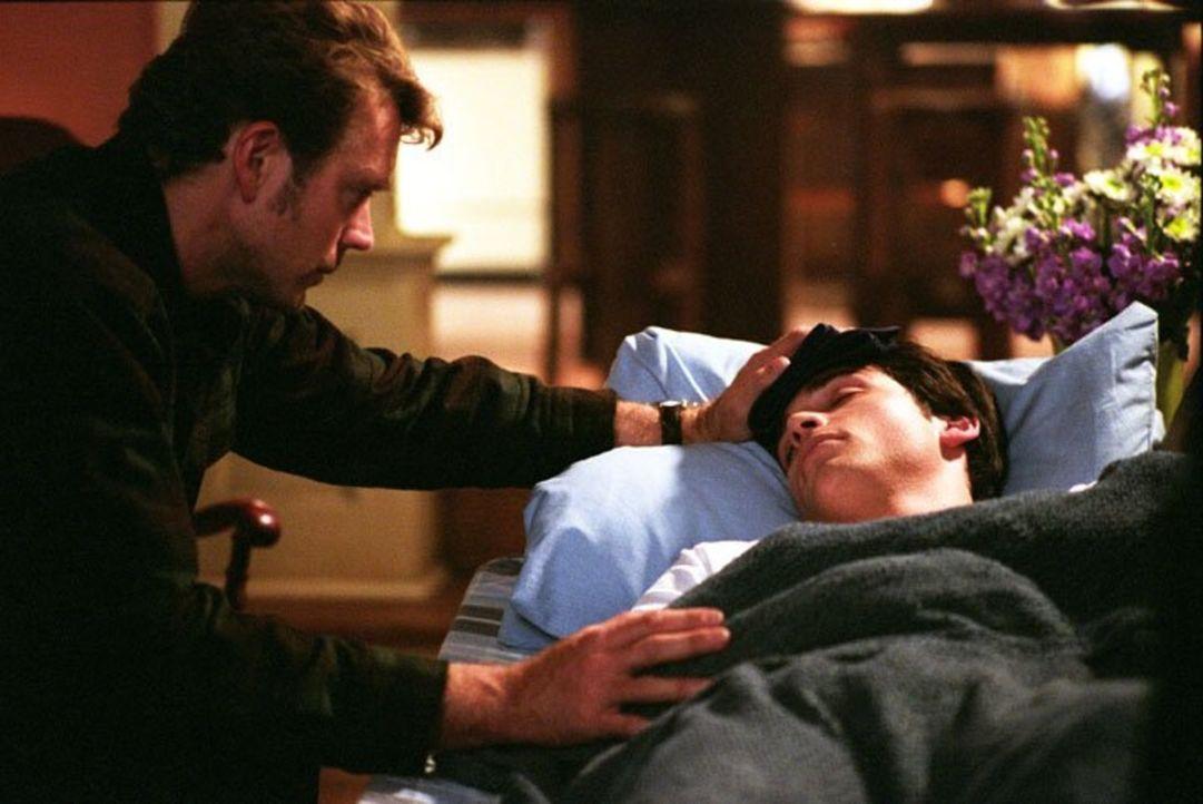 Nachdem kurze Zeit später Clark (Tom Welling, r.) ebenfalls Symptome der rätselhaften Krankheit zeigt, muss Jonathan (John Schneider, l.) das Rechte... - Bildquelle: Warner Bros.