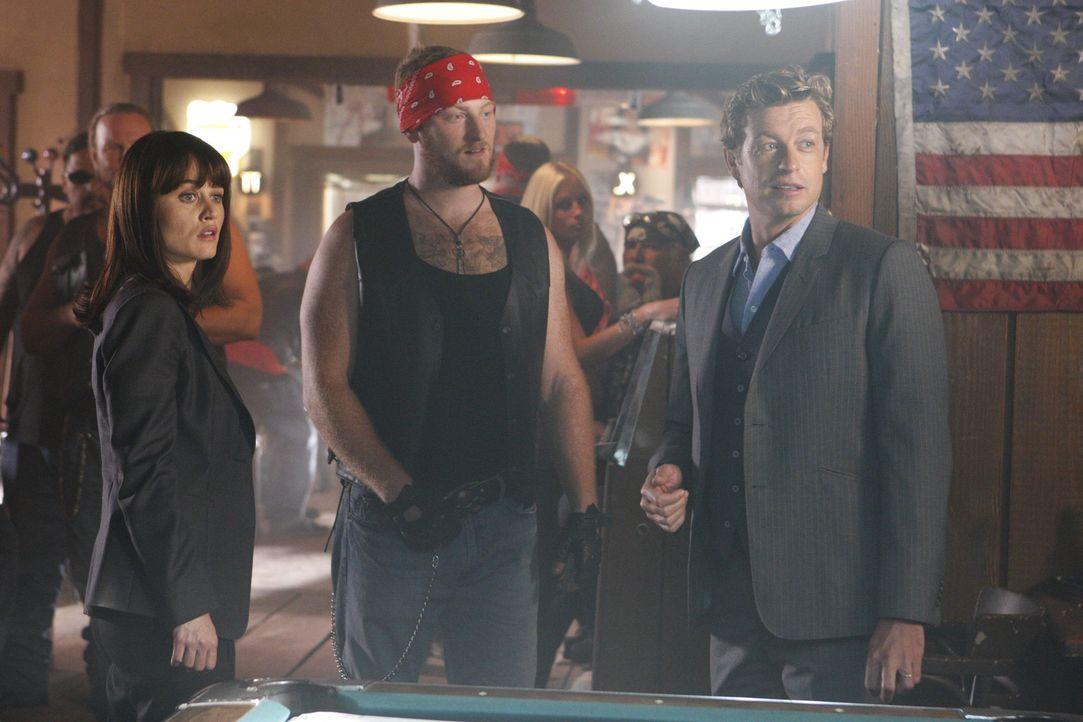 """Nachdem Gordon Hodge, der Anwalt der kriminellen Motorradgang """"Sinner Saints"""" tot aufgefunden wurde, machen sich Teresa (Robin Tunney, l.) und Patri... - Bildquelle: Warner Bros. Television"""