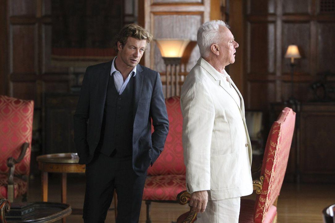 Patrick Jane (Simon Baker, l.) versucht herauszufinden, ob Bret Stiles (Malcolm McDowell, r.) der wahre Red John ist ... - Bildquelle: Warner Bros. Television