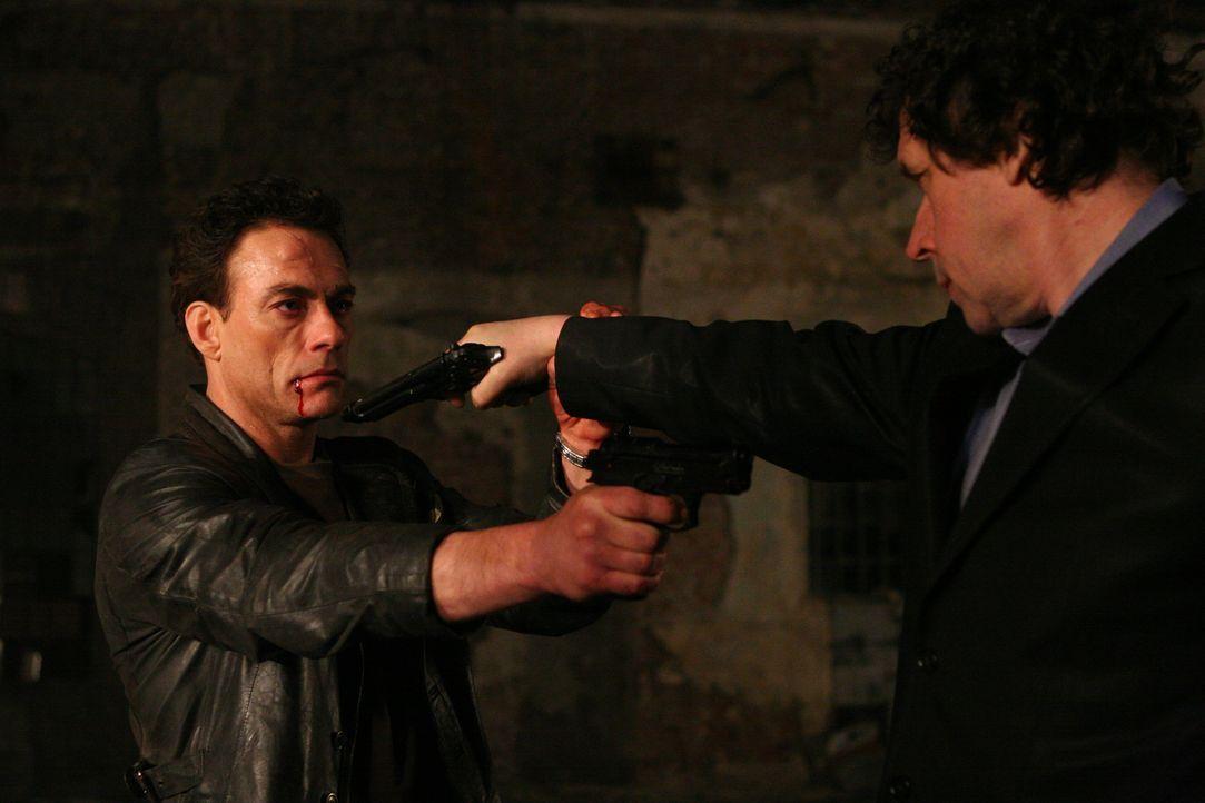 Als Anthony Stowe (Jean-Claude Van Damme, l.) Monate später aus dem Koma wieder aufwacht, scheint er wie ausgewechselt. Er will nur noch Gangsterbos...