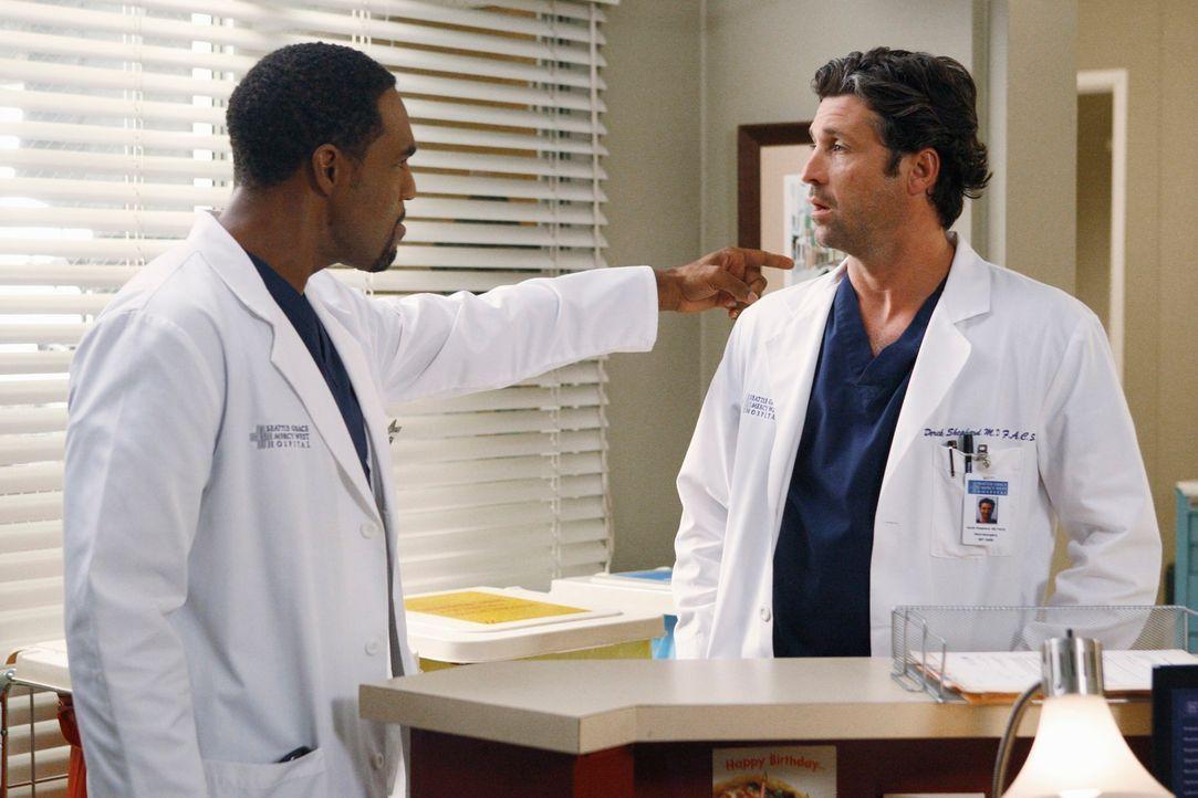 Während es zwischen Derek (Patrick Dempsey, r.) und Meredith noch nicht viel besser läuft, kehrt Ben (Jason George, l.) ins Seattle Grace zurück und... - Bildquelle: ABC Studios