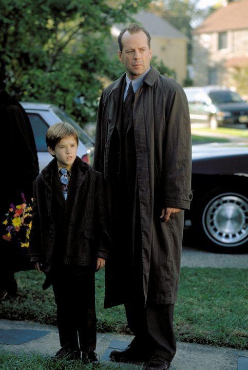 Um dem Spuk für den gequälten Cole (Haley Joel Osment, l.) endlich ein Ende zu bereiten, setzt Crowe (Bruce Willis, r.) auf eine einfache Strategi... - Bildquelle: Buena Vista Pictures
