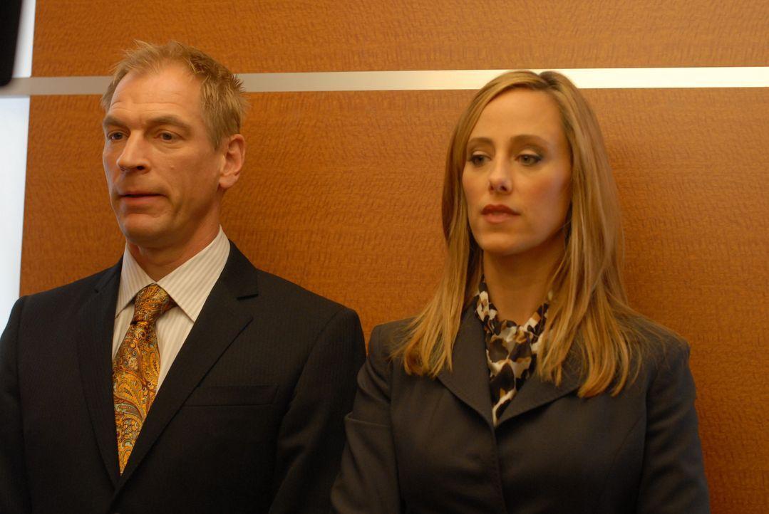 Hector (Julian Sands, l.) ist sauer auf Nico (Kim Raver, r.): Sie wollte den Redakteuren ihre Idee vom nackten Prinz William unterjubeln, doch Hecto... - Bildquelle: 2004 NBC, Inc.
