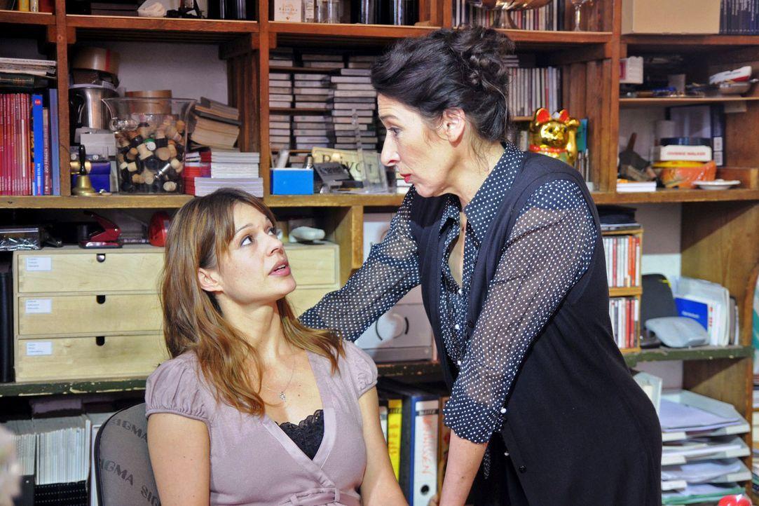 Karen (Suzan Anbeh, l.) versucht krampfhaft, nicht an Mark zu denken. Colette (Adele Neuhauser, r.) merkt aber sofort, dass etwas nicht stimmt, und... - Bildquelle: Aki Pfeiffer Sat.1