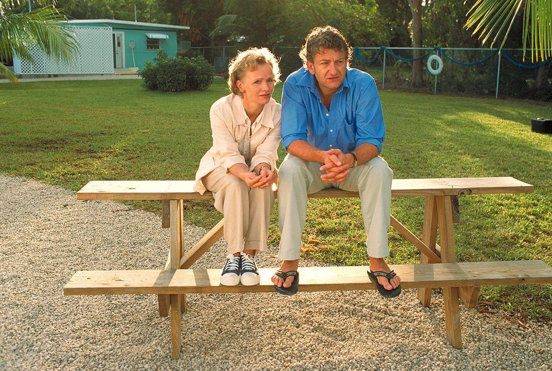 Seit Ninas Unfall prallen ihrer beider Interessen aufeinander: Claire (Renée Soutendijk, l.) lebt nur noch für ihre Tochter, während Daniel (Dominic... - Bildquelle: Leslie Haslam ProSieben