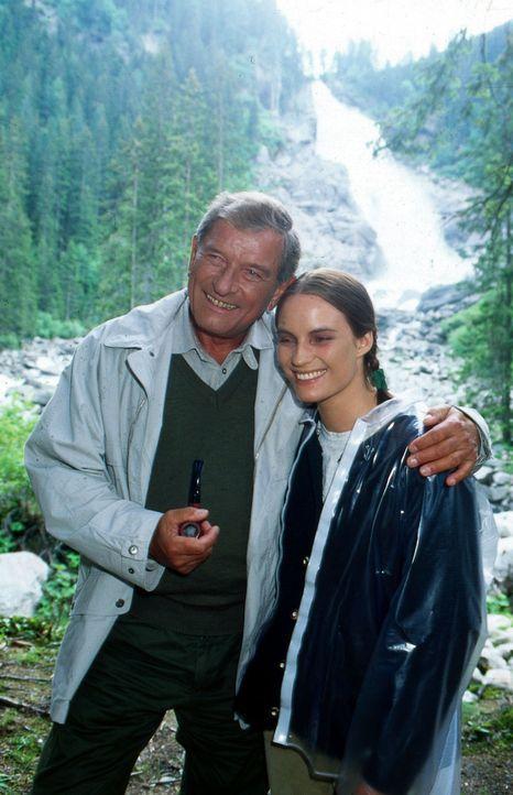 Gutshofbesitzer Schmidinger (Hans von Borsody, l.) und seine Tochter Amelie (Laura Knise, r.) machen einen Ausflug in die Berge zu den Krimmler Wass... - Bildquelle: Hans Stetter Sat.1