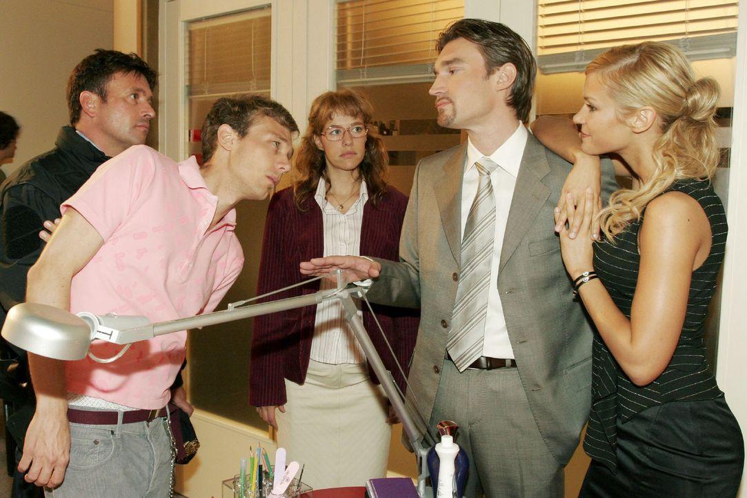 Lisa (Alexandra Neldel, M.) kann nicht verhindern, dass Richard (Karim Köster, 2.v.r.) im Beisein von Sabrina (Nina-Friederike Gnädig, r.) Jürgen... - Bildquelle: Sat.1