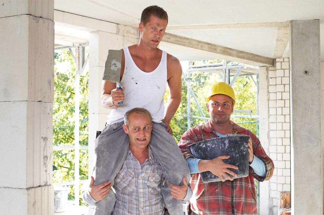 Mit Hilfe seines Freundes Alex (Jürgen Vogel, unten) gibt sich der Polier Fred (Til Schweiger, oben) als Behinderter aus, um dem Sohn seiner Verlobten zu imponieren und trifft dabei dann seine große Liebe ...