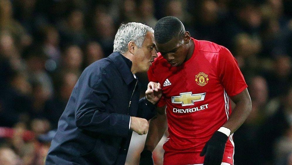 Jose Mourinho (l.) und Paul Pogba von Manchester United - Bildquelle: FIROFIROSID
