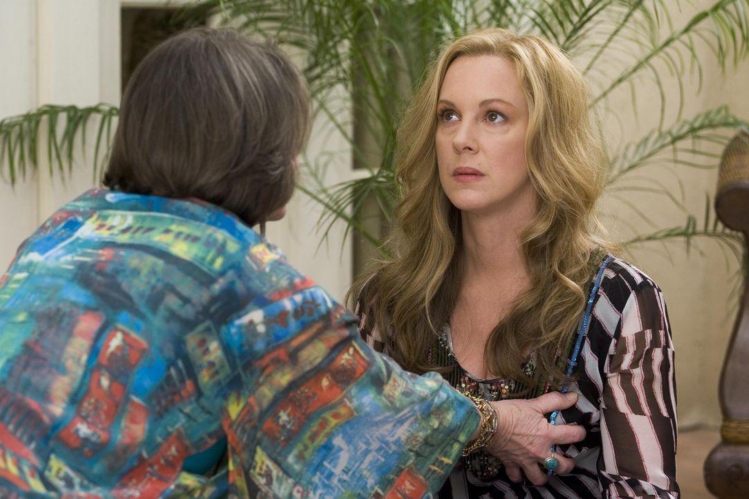 Um den Krebs zu besiegen holt sich Celia (Elizabeth Perkins, r.) die Heilerin Alma (Lorna Raver, l.) ins Haus ... - Bildquelle: Lions Gate Television