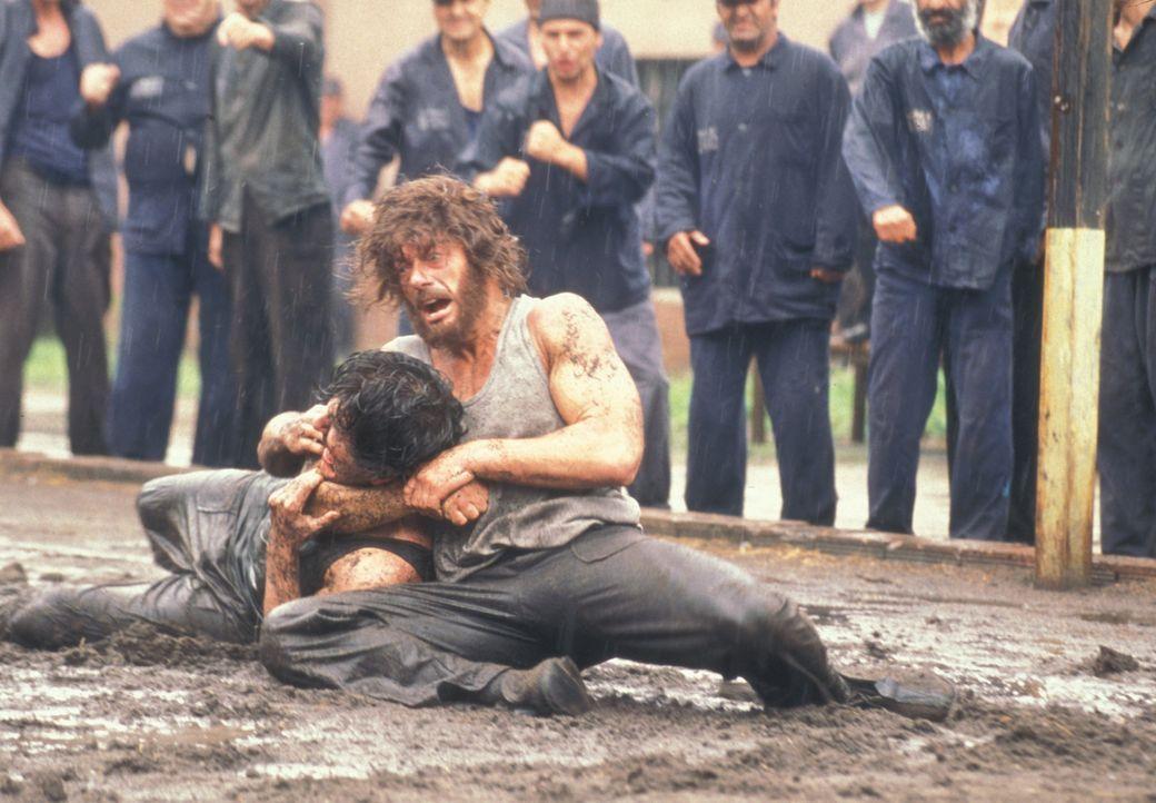 Zunächst kämpft Kyle (Jean-Claude Van Damme, r.) nur ums eigene Überleben, dann jedoch versucht er, trotz alledem ein Mensch zu bleiben ... - Bildquelle: NU IMAGE