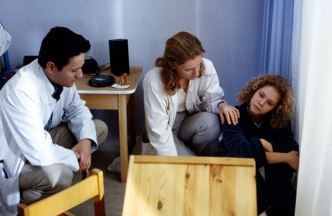 Erfolglos versucht Dr. Markus Kampmann (Ulrich Reinthaller, l.) die kleine Anne (Maria Thieme, r.) zu einer Untersuchung zu bewegen. Das Mädchen wei... - Bildquelle: Werner Dähn Sat.1