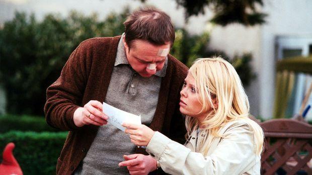 Natalie (Anne Sophie Briest, r.) hat einen Zeugen (Leonhard Marder, l.) gefun...