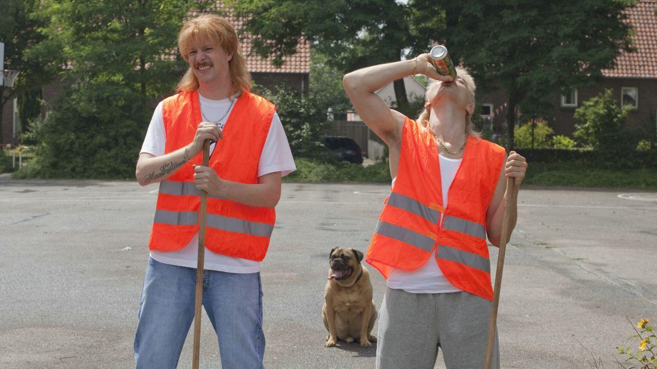 Noch haben Richard (Huub Smit, r.) und Robbie (Steffen Haars, l.) ihre Jobs, doch nicht mehr lange ... - Bildquelle: 2011 Constantin Film Verleih GmbH