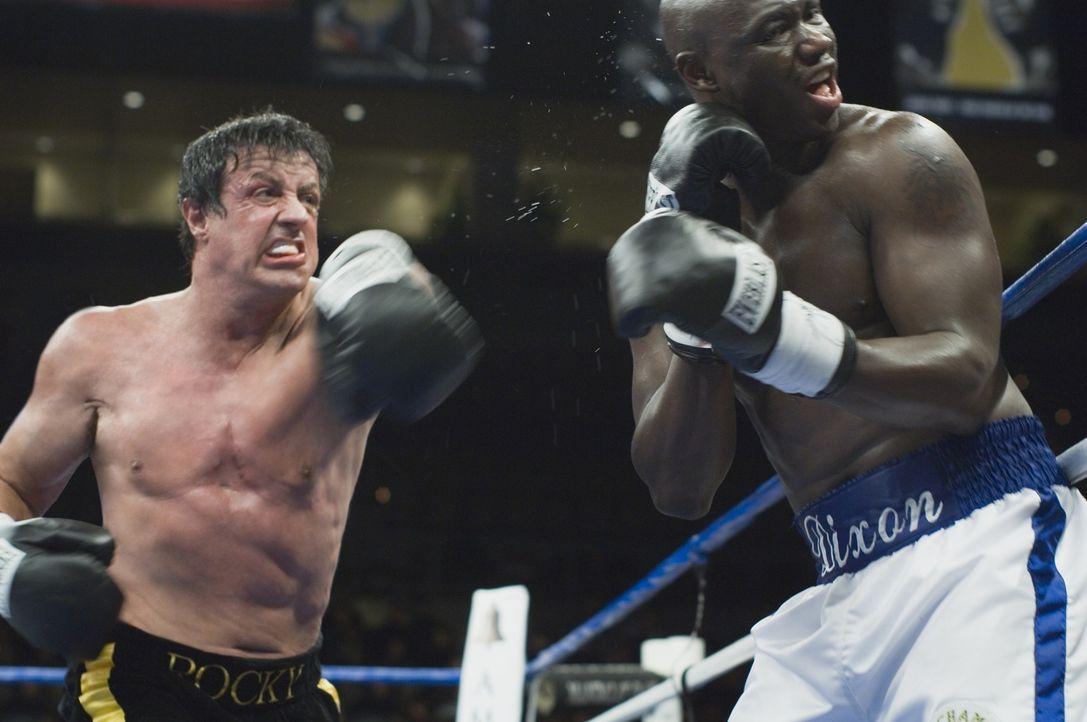 Wegen der Berechnung einer Computersimulation steigt der ehemalige Box Champion Rocky Balboa (Sylvester Stallone, l.) ein letztes Mal in den Ring, u...