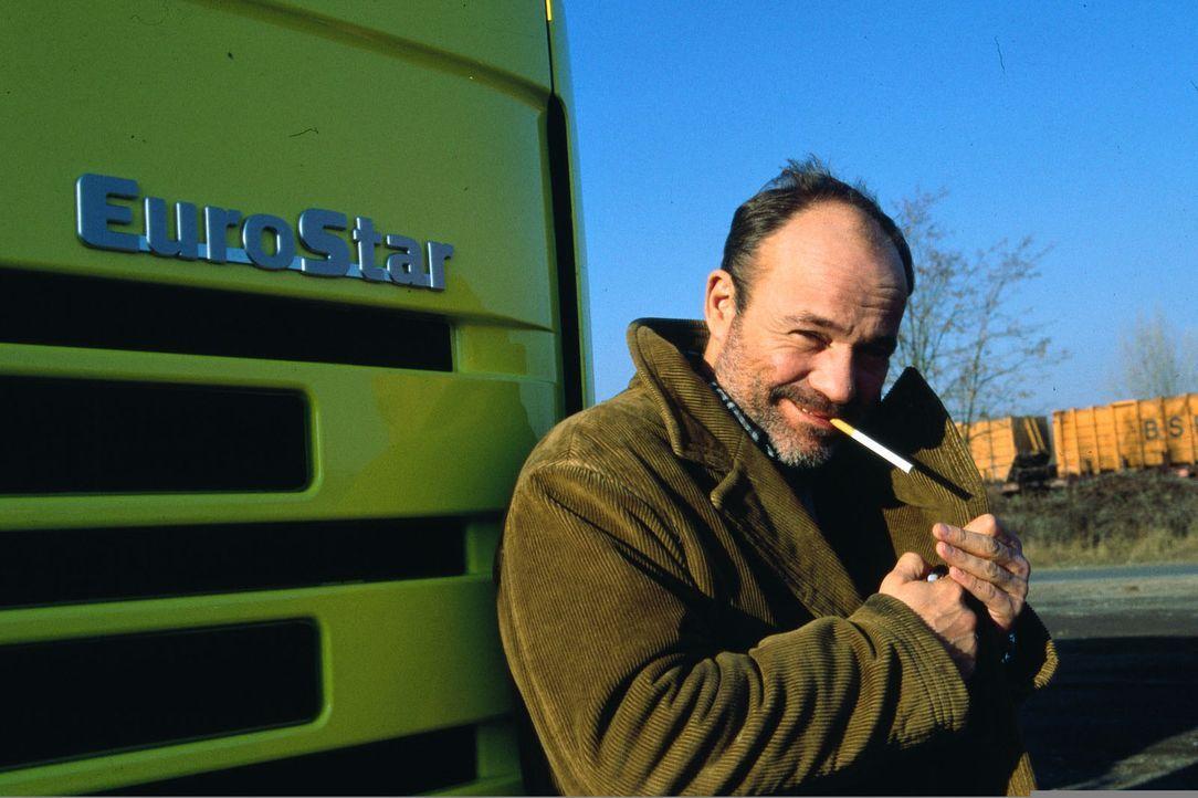 Der LKW-Fahrer Oskar (Heiner Lauterbach) ist mit seinem Job und seinem Leben im großen und ganzen sehr zufrieden - bis ihm ein obskurer Auftrag ange... - Bildquelle: Kiermeir SAT.1